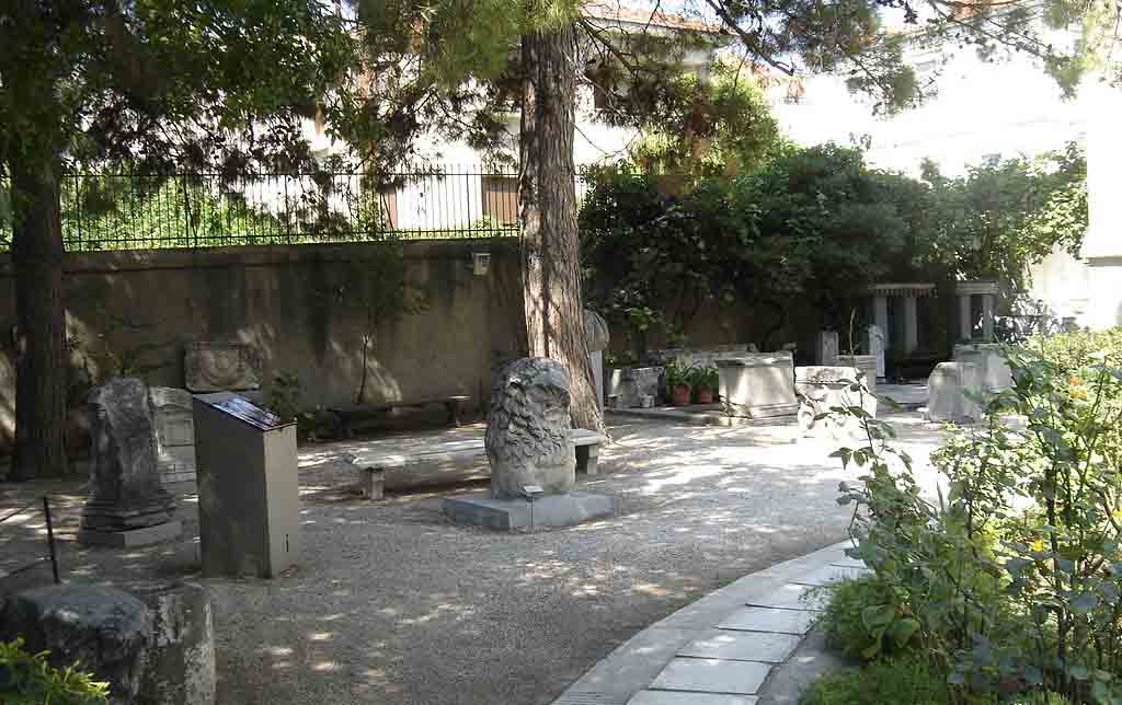 1024px-Old_archaeological_museum_yard